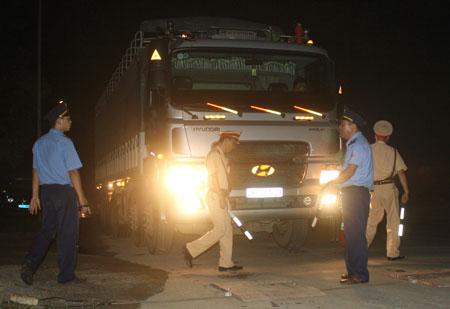 Lực lượng chức năng kiểm tra trọng tải đêm 15-9 tại Hòa Bình. Ảnh: Báo Giao thông