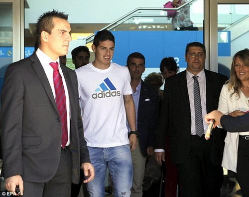 James Rodriguez sau khi kiểm tra sức khỏe ở bệnh viện Sanitas La Moraleja (Madrid)