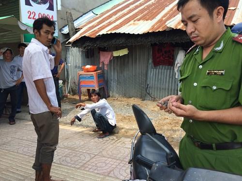 Anh Long (đứng bên trái) là người đuổi bắt được đối tượng Nguyễn Tuấn Anh (ngồi)
