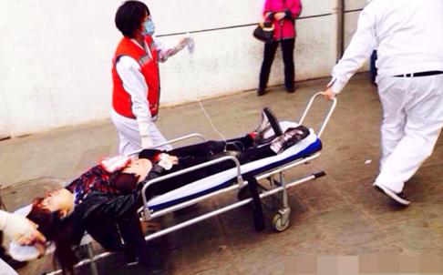 Nhân viên cứu hộ đưa người bị thương đến bệnh viện khu vực.