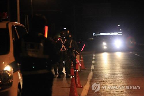 Quân đội Hàn Quốc lập chốt kiểm soát tại thị trấn Goseong để truy tìm binh sĩ bắn chết 5 đồng đội.Ảnh: Yonhap