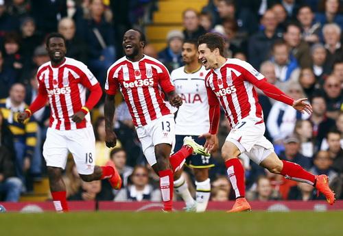 Bojan Krkic (phải) mở tỉ số sớm cho Stoke City
