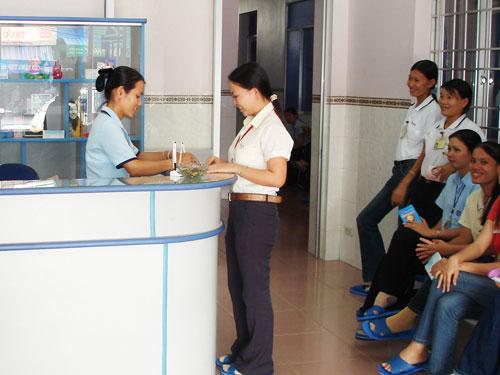 Công nhân đang khám sức khỏe miễn phí tại hệ thống phòng khám Marie Stopes International
