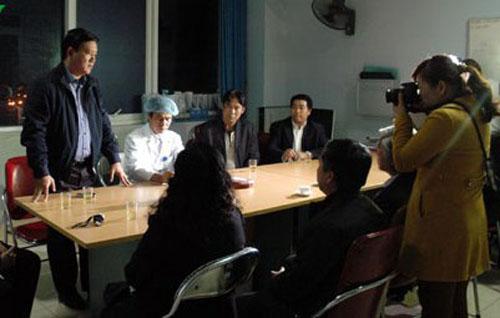 Bộ trưởng Đinh La Thăng nắm tình hình cứu chữa bệnh nhân tại Bệnh viện Đa khoa Lai Châu tối 24-2
