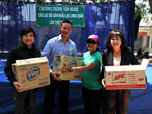Các nghệ sĩ: Chí Tâm, Tú Trinh, Kiều Phượng Loan trao tặng quà cho đại diện của trung tâm