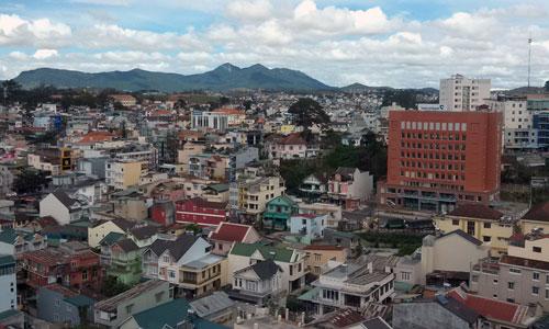 Từ trung tâm hành chính nhìn về núi Lang Biang