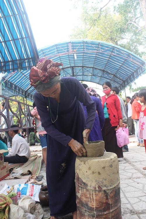 Biểu diễn làm gốm bàu trúc tại lễ hội