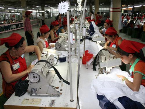 Giám sát thực hiện chính sách lao động nữ là trọng tâm hoạt động nữ công Công đoàn năm 2014