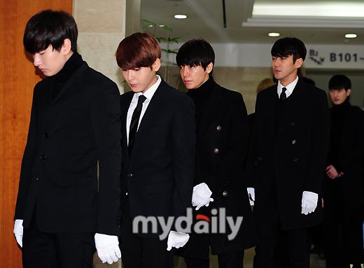 Các thành viên trong nhóm nhạc Super Junior cũng đến động viên, giúp đỡ Leeteuk