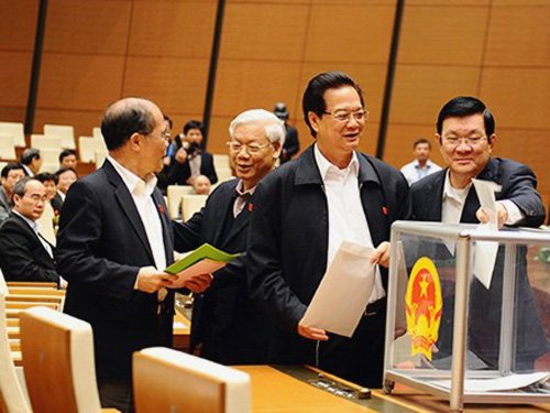 Các nhà lãnh đạo Đảng và Nhà nước bỏ những lá phiếu của mình - Ảnh: ANTĐ