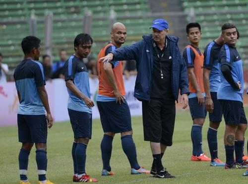 Alfred Riedl loại hai tiền vệ Ahmad và Bayumi