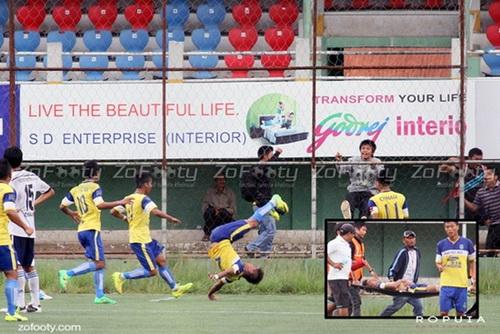 Peter Biaksangzuala nhảy santo ăn mừng và đổ gục trên sân