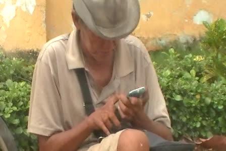 Ông Võ Thành Châu, đi ăn xin tiền của học sinh nhưng xài điện thoại Iphone