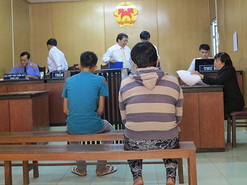 Phan Tấn Lộc (áo xanh dương) và mẹ tại phiên tòa phúc thẩm