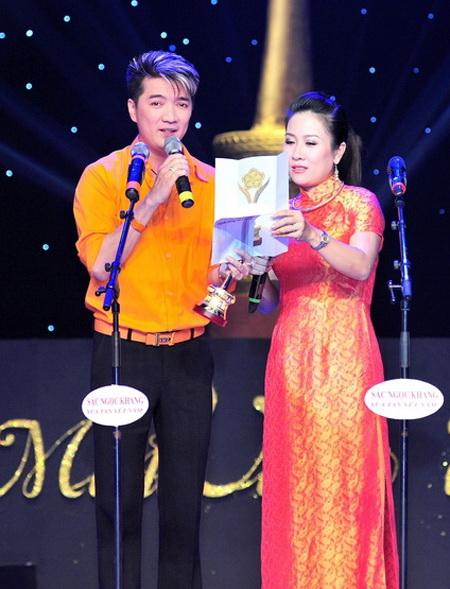 Vân Khánh và Đàm Vĩnh Hưng xướng tên vinh danh và trao tượng Mai Vàng cho đàn em Uyên Trang