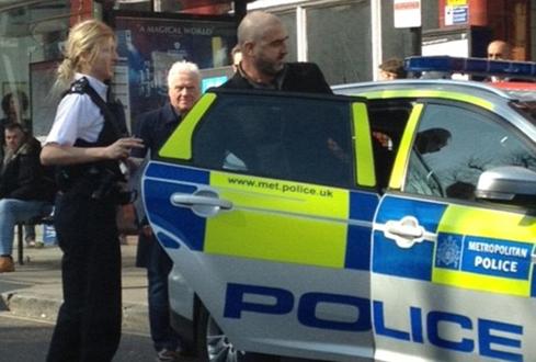 Cantona bị đưa về đồn cảnh sát