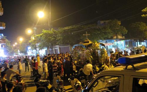 Việc gia đình mang quan tài ra ngã năm thị trấn Sặt đã gây ách tắc giao thông