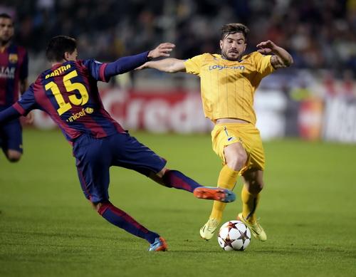 Marc Bartra tranh bóng với Tiago Gomes (APOEL, phải)