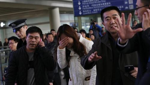 Thân nhân của hành khách trên chiếc máy mất tích chờ tin tại Bắc Kinh sáng 8-3. Ảnh: Reuters