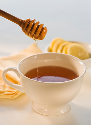Trà gừng hoặc trà mật ong có tác dụng làm dịu cơn ho