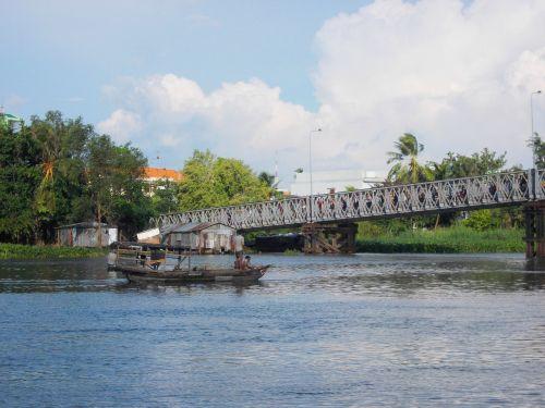 Các thợ lặn vẫn đang tích cực tìm kiếm xác em Võ Phan Huy tại khu vực cầu Nguyễn Thái Học