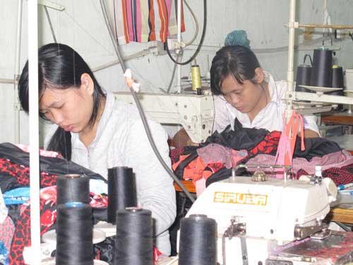Công nhân mất việc tại một doanh nghiệp trên địa bàn huyện Hóc Môn, TP HCM được giới thiệu chỗ làm mới ẢNH: DƯ LÂM