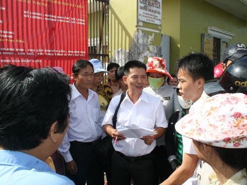 Cán bộ chuyên trách LĐLĐ huyện Hóc Môn, TP HCM (giữa) ghi nhận ý kiến công nhân mất việc tại một doanh nghiệp giải thể