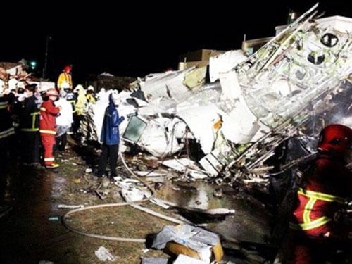 Mảnh vỡ máy bay GE222 gặp nạn Ảnh: SCMP