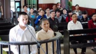 Võ văn Thành và mẹ vợ tại phiên tòa ngày 23-6