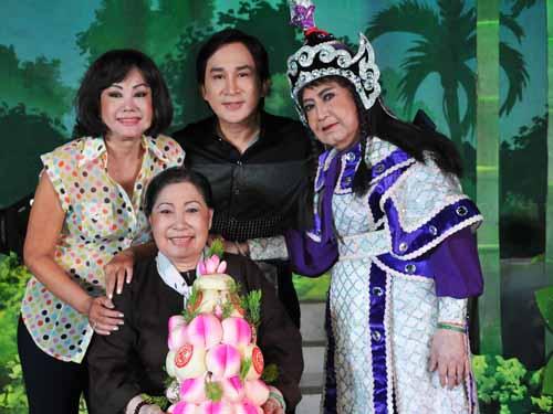Nghệ sĩ Kiều Phượng Loan, NSƯT Kim Tử Long và nghệ sĩ Diệu Hiền mừng thọ NSƯT Ngọc Hương 73 tuổi