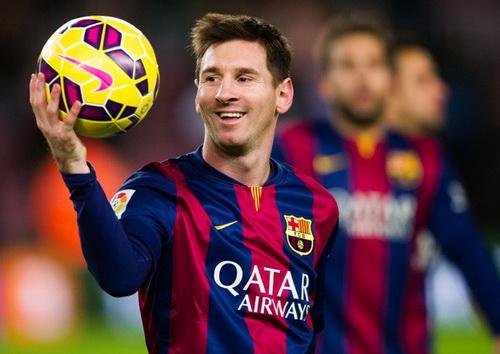 Messi và quả bóng sau trận đấu mà anh có cú hat-trick thứ 19 cho Barca