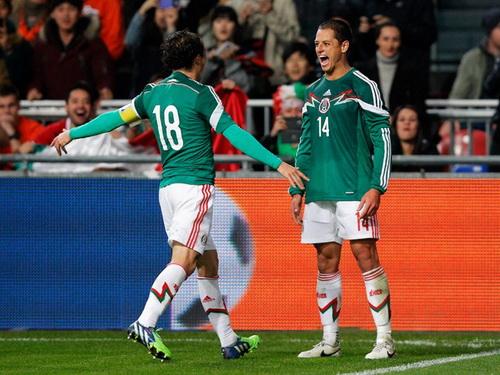 Javie Hernandez (phài) ghi bàn cho Mexico