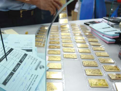 Việc mang theo vàng miếng khi xuất nhập cảnh bị cấm từ ngày 15-5. Ảnh minh họa