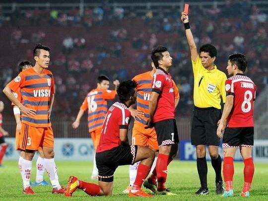 V.Ninh Bình (sọc cam) trong rận đấu với Kelantan (Malaysia)