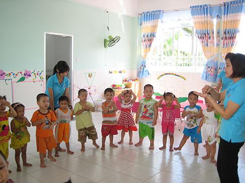 Con công nhân được chăm sóc chu đáo tại nhà trẻ Mặt Trời Nhỏ do Công ty Pou Yuen, quận Bình Tân, TP HCM xây dựng ẢNH: NGÂN HÀ