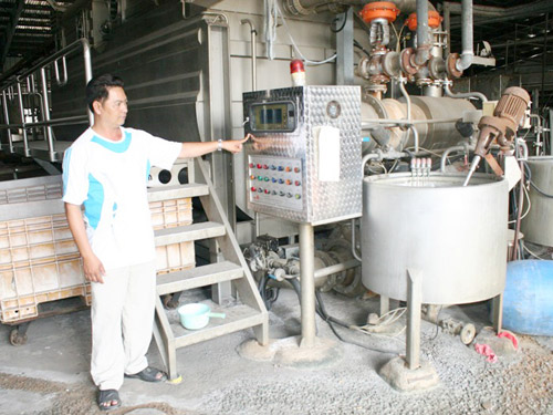 Công nhân Công ty Sea Hwa Vina trông coi tài sản tại thời điểm chủ doanh nghiệp bỏ trốn ẢNH: KHÁNH CHI