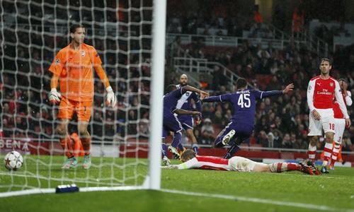 Mitrovic (45) ghi bàn vào lưới Arsenal ở phút 90, gỡ hòa kịch tính cho Anderlecht