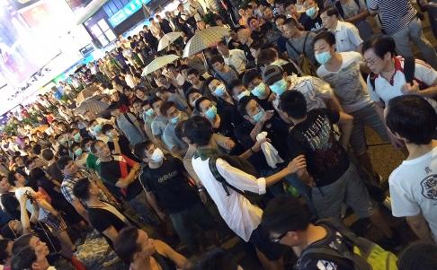 Nhóm người đeo khẩu trang tấn công người biểu tình ở Vượng Giác. Ảnh: SCMP