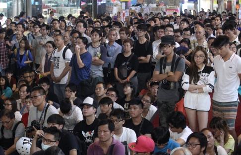 Bắt đầu đàm phám, sinh viên và chính quyền Hồng Kông tranh luận dữ dội