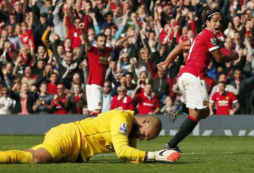 Falcao (phải) được kỳ vọng sẽ tiếp tục tỏa sáng sau khi ghi bàn đầu tiên cho M.U ở trận thắng Everton. Ảnh: REUTERS