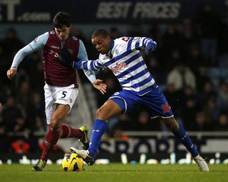 Remy (trái), mục tiêu của Chelsea