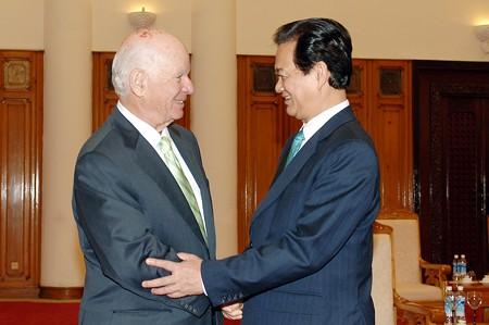 Thủ tướng Nguyễn Tấn Dũng và Thượng nghị sỹ Benjamin Cardin. Ảnh: VGP/Nhật Bắc