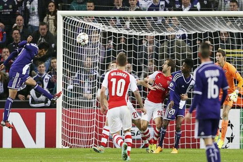 Andy Najar (bìa trái) đánh đầu mở tỉ số cho Anderlecht