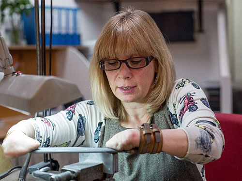 Nữ nghệ nhân được vinh danh là một trong những thợ thủ công  và chuyên gia ngọc mắt mèo nổi tiếng nhất xứ sở sương mù. Ảnh: Daily Mail