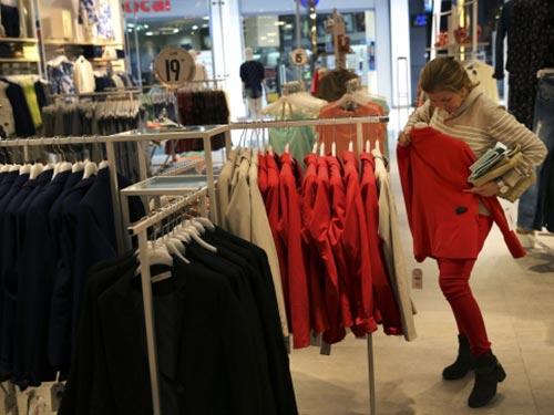 Nhiều nhà buôn quần áo và giày dép lớn nhất ở Nga đã ngưng cung cấp hàng cho các cửa hàng do đồng rúp mất giá Ảnh: REUTERS