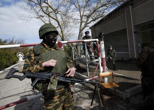 Một người lính vũ trang được cho là lính Nga tai Crimea