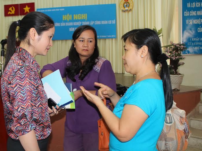 Bà Nguyễn Thu Hương. Chủ tịch LĐLĐ quận Bình Thạnh, TP HCM (bìa trái), trao đổi với các chủ doanh nghiệp