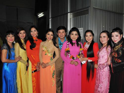 NSƯT Phượng Loan (người thứ sáu từ phải sang) và các nghệ sĩ đã từng đoạt Giải Bông lúa vàng