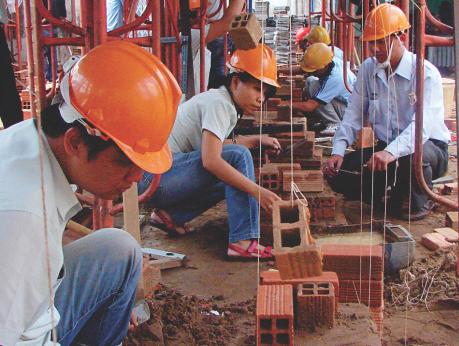 Học sinh trường Trung cấp Xây dựng TP HCM trong giờ thực hành