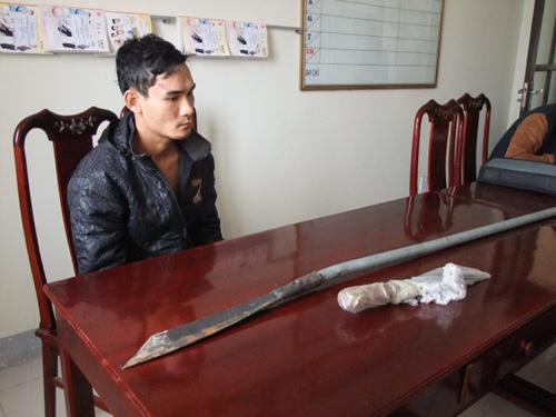 Nghi phạm Nguyễn Văn Phú cùng tang vật tại cơ quan công an - Ảnh: Hoàng Tình
